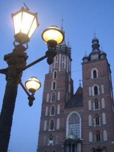 Die Krakauer St. Marienkirche auf dem großen Marktplatz in Krakau bei Nacht. © Katharina Gloe