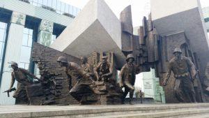 Das Denkmal des Warschauer Aufstandes vor dem Gebäude des obersten Gerichtshofs. © Paula Kisse