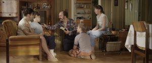 Mateusz als kleiner Junge mit seiner herzlichen Familie. © filmPolska