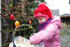 Die zweijährige Lina freut sich über die Eier im Osterkorb.