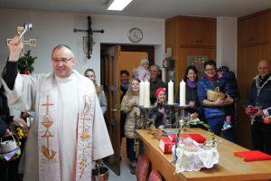 Osterkorbsegnung mit Pfarrer Dr. Krzysztof Romanowski von Polska Misja Katolicka Bielefeld-Paderborn.