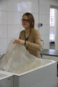 Die 20-jährige Ricarda wäscht im polnischen Nationalarchiv in Olsztyn alte Kupferstiche. © Ricarda Lindau