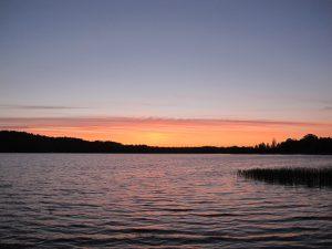 Sonnenuntergang am See Kortowo in Masuren. © Ricarda Lindau