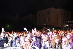Studenten und junge Leute jubeln den Bands zu. © Natalie Junghof