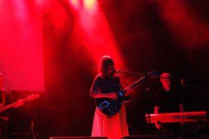 Julia Marcell in rotem Scheinwerferlicht. © Natalie Junghof