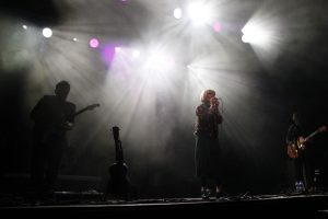 Mela Koteluk mit ihrer Band. © Natalie Junghof