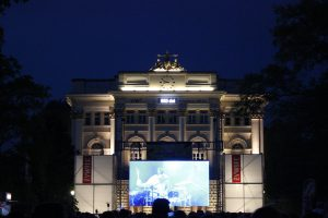 """Das Unigebäude mit dem Schriftzug """"550 dni"""" (""""550"""" Tage). © Natalie Junghof"""