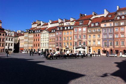 Im Mittelpunkt der Warschauer Altstadt liegt der Marktplatz mit den barocken Häusern. © Rebecca Räpple