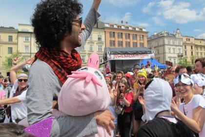 Studierende der Krakauer Hochschulen feiern bei Juwenalia 2015 auf dem Großen Marktplatz. © Ricarda Lindau