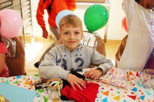 Der 7-jährige Emil freut sich über sein Geburtstagsgeschenk. © Natalie Junghof
