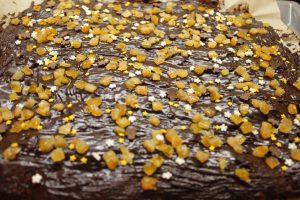 Lebkuchen mit Schokoladen-Glasur, kandierten Orangenschalen und bunten Streuseln. © Natalie Junghof
