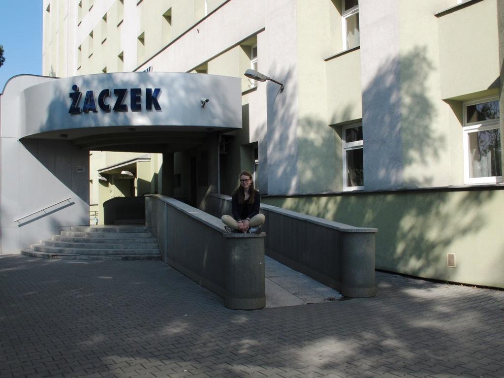 Ricarda vor ihrem Studentenwohnheim in Krakau. © Ricarda Lindau