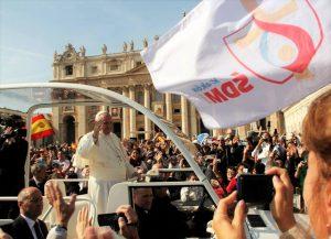 Beim WJT in Krakau fährt Papst Franziskus, wie auf dem Petersplatz, durch die Menge und segnet die Jugendlichen. © Viktoria Samp
