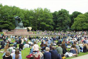 Im Łazienki-Park lauschen zahlreiche Menschen den Werken von Frédéric Chopin. © Natalie Junghof
