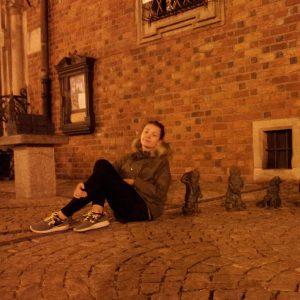 Laura sitzt neben den Breslauer Zwergen. © Laura Belting