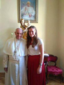 Papst Franziskus hautnah: Anna spricht mit Papst Franziskus Deutsch. © Alessio Vu Hoang