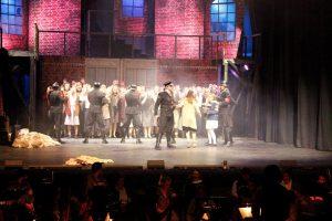 Die Theatergruppe wird im Musical von den SS-Männern festgenommen. Sie müssen ihre Kostüme ablegen und die Hände hochnehmen. © Natalie Junghof
