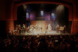 """Daniel Warshowsky (Christoph Bürgstein, mitte) probt mit seiner Theatergruppe das Stück """"Masada"""" ein. © Natalie Junghof"""