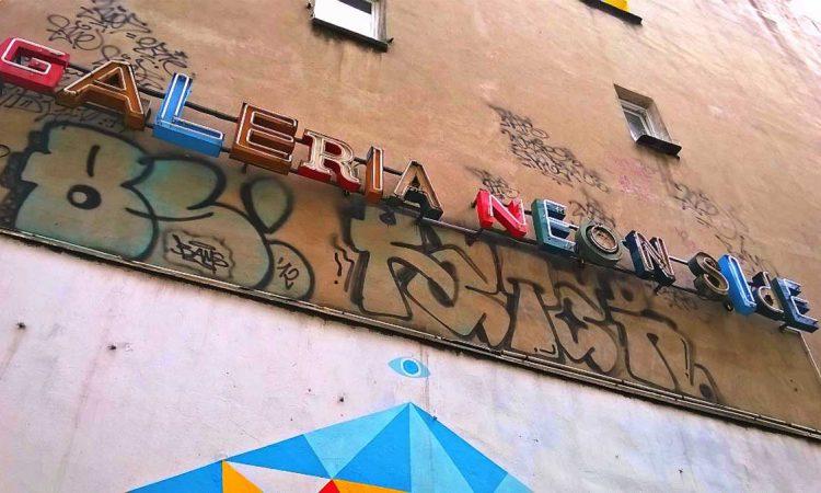 Fassadenkunst in den Breslauer Hinterhöfen. Das Neon-Museum ist sehenswert. © Eva Morlang