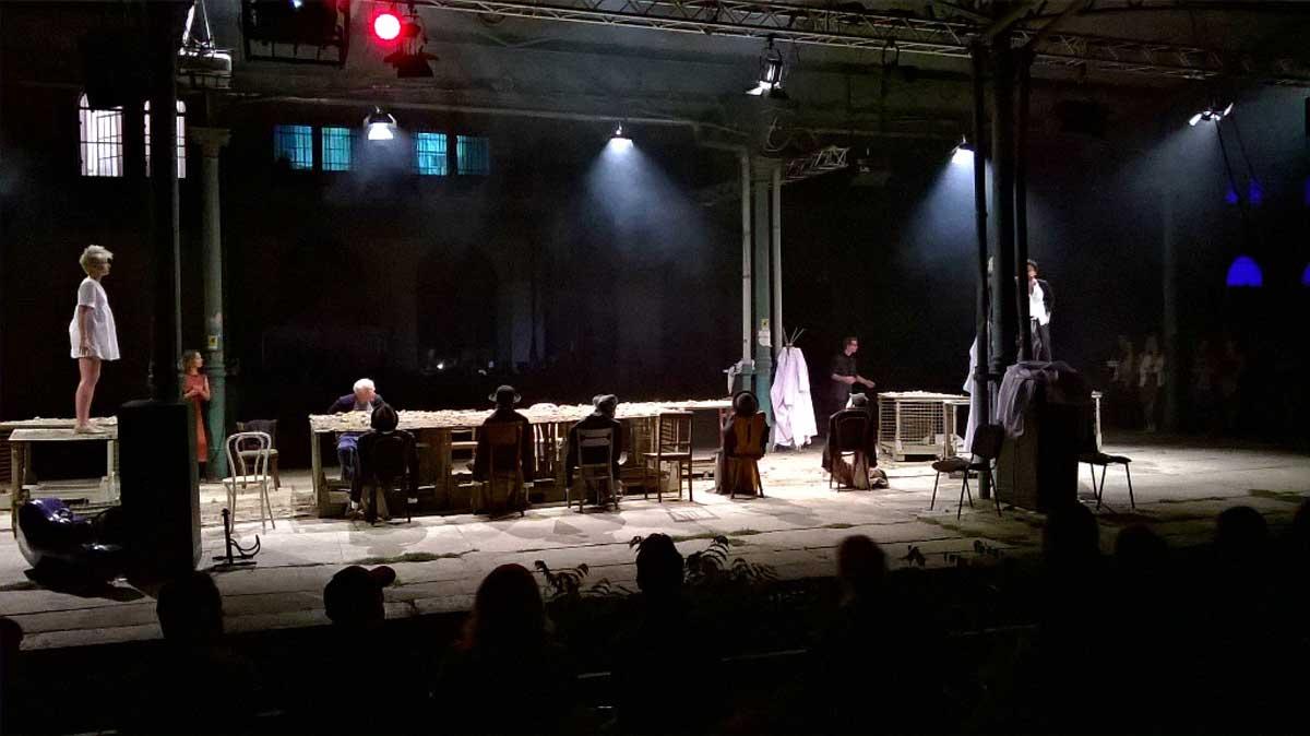 Der stillgelegte Bahnhof Świebodzki ist zehn Tage lang Bühne und Ausstellungsfläche zugleich. © Eva Morlang