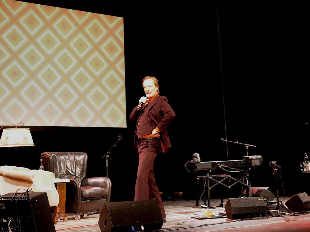 Pawel Popolski (Achim Hagemann) posiert für die Presse. © Natalie Junghof