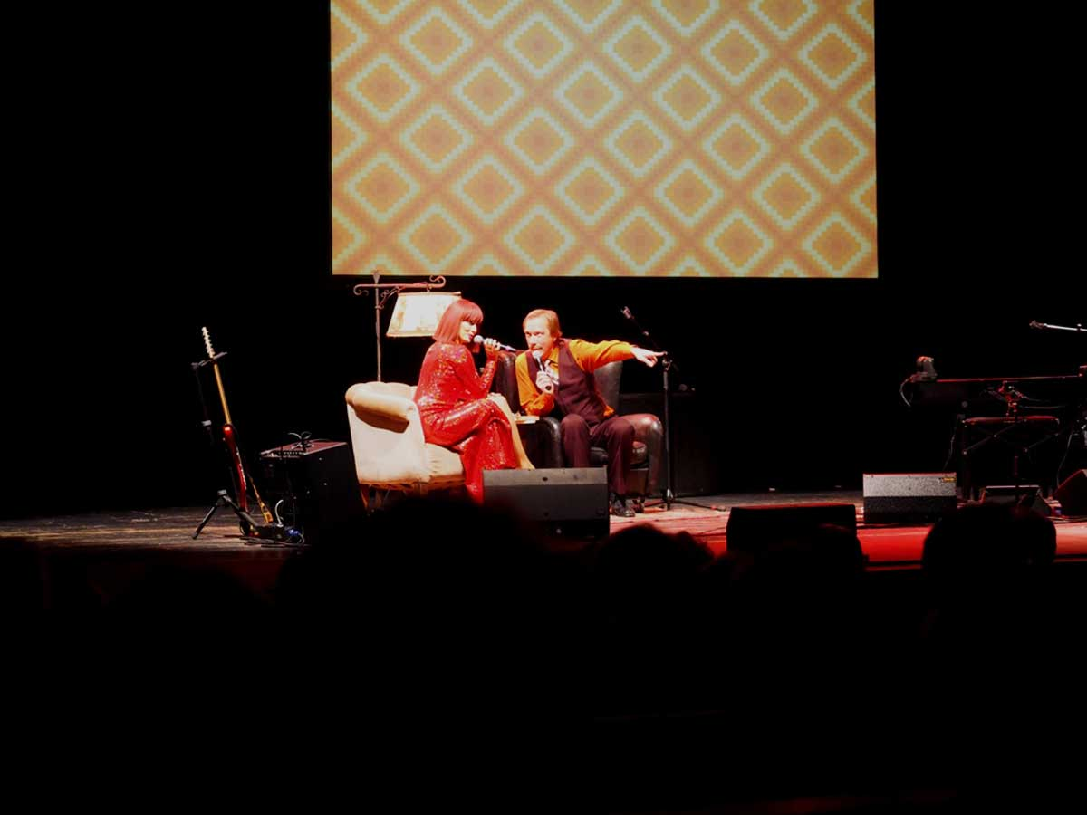 Dorota (Iva Buric Zalac) und Pawel Popolski sprechen über Pop-Musik. © Natalie Junghof