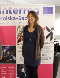 Die 24-jährige Interreg-Reporterin Antje im Kulturzentrum Jelenia Góra. © Katarzyna Patrzałek