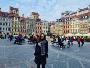 Emilia steht in der Warschauer Altstadt, die nach dem zweiten Weltkrieg wiederaufgebaut wurde und zum UNESCO-Weltkulturerbe gehört. © Emilia Butynski