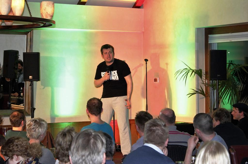Marek Fis beim Stand-Up-Comedy in der Finca & Bar Celona Bielefeld. © Natalie Junghof