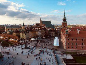 Blick von der Aussichtsterasse der St. Anna Kirche. Zu sehen ist die Warschauer Altstadt mit Schloss und Sigismundsäule. © Emilia Butynski