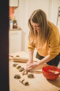 Die Franzrolle in gleichmäßig große Stücke aufteilen. © Malina Sternberg