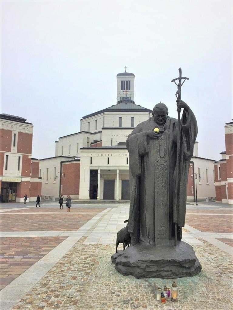 Die Statur von Papst Johannes Paul II. vor dem Zentrum JP II.