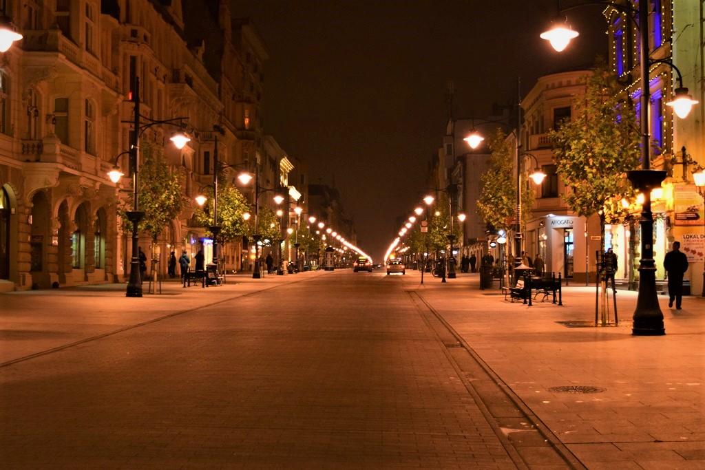 Die Piotrkowska ist in der Nacht der Treffpunkt zum Ausgehen. © Helena Österdiekhoff