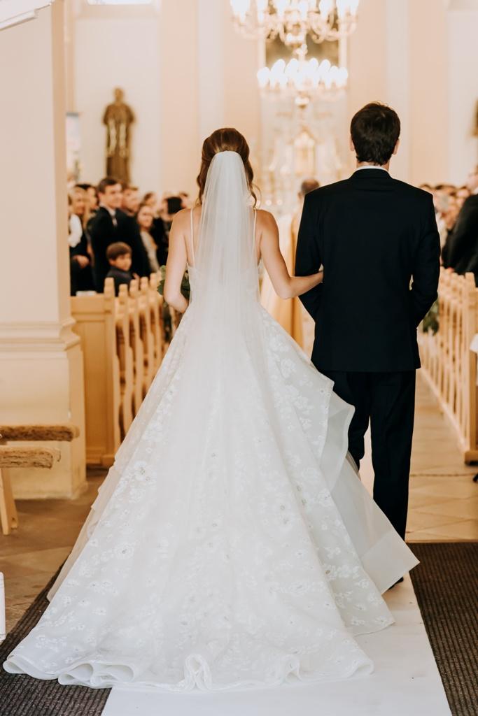 Das Brautpaar betritt gemeinsam die Kirche des Hl. Paulus in Chobienice. © © Perfect View Photo & MUA