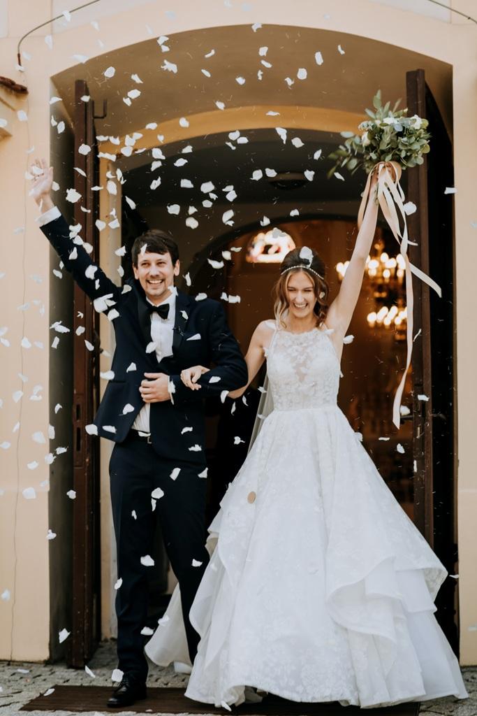 Blütenblätter sollen dem Brautpaar Glück bringen.