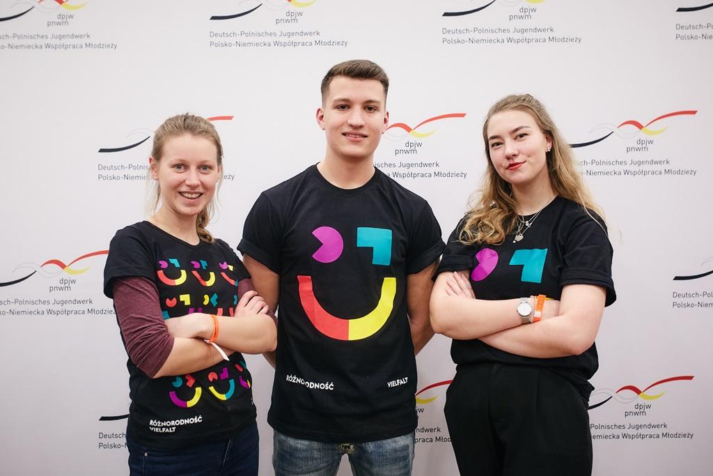 Olga, Jonas und ? sind die aktuellen Volontäre der beiden Büros des DPJW. Auf dem Foto begleiten sie den deutsch-polnischen Jugendpreis in Berlin. © Przemysław Górecki