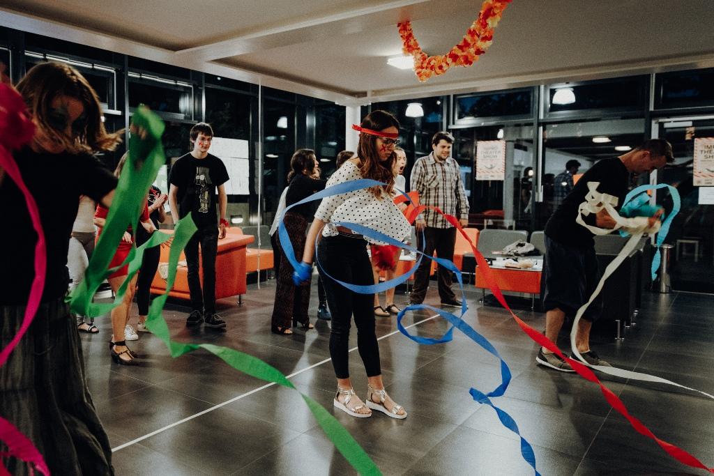 Spieleabend zum Teambuilding in der Max-Kade-Hall in Bochum. © Michael Schwettmann