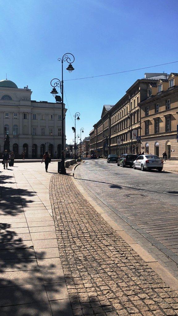 Krakowskie Przedmieście – Eine der bekanntesten Straßen Warschaus mit vielen Cafés, Restaurants und Ateliers. © Jonas Butkiewicz