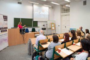 Studierende der Sommerschule lernen im Seminarraum der SGH. © Maciej Górski/SGH
