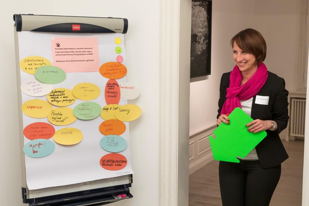 Projektleiterin Anna Stahl-Czechowska bei der Moderation einer Disskussionsrunde von PolMotion NRW im Polnischen Institut Düsseldorf. © Hanne Brandt